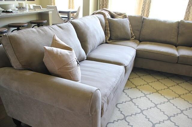 Лайфхак: как вернуть упругость диванным подушкам