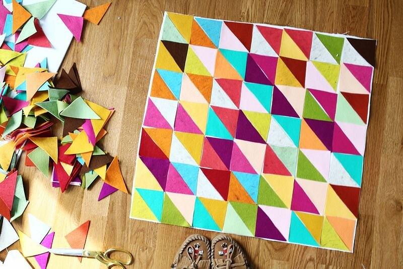 Декоративная подушка саппликацией изразноцветных треугольников: мастер-класс