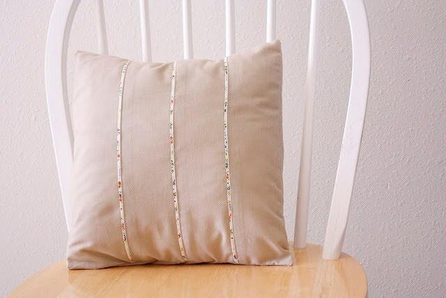 Наволочка длядекоративной подушки сконтрастной отделкой: мастер-класс