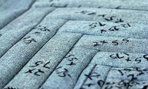 Как сшить наволочку длядекоративной подушки изстарых джинсов с«ёлочкой» излоскутков