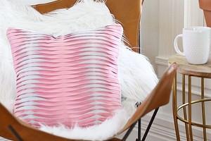 Необычная подушка из кожи с имитацией защипов: мастер-класс