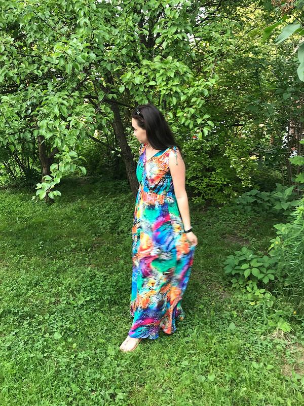 Длинное платье-сарафан сзавязками наплечах