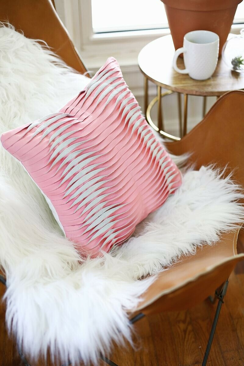 Необычная подушка изкожи симитацией защипов: мастер-класс