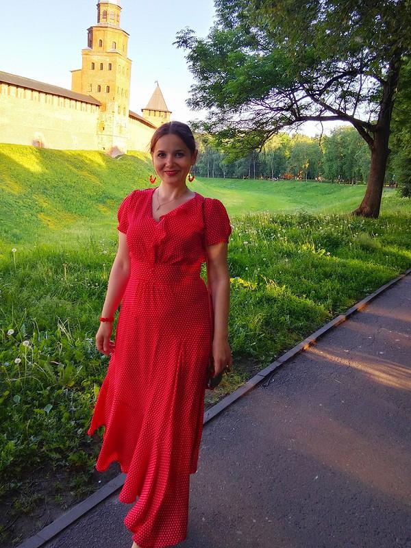 Красное платье вгорошек