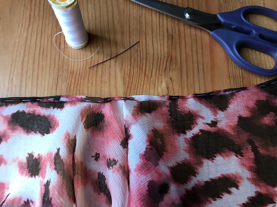 Обработка фигурного разреза зигзагообразной строчкой