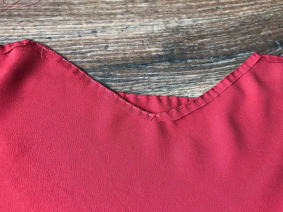 Узкая подгибка, или «Ленивая» обработка выреза горловины