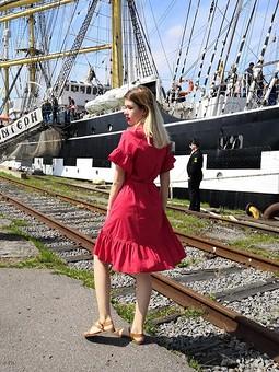 Работа с названием Красное-прекрасное платье
