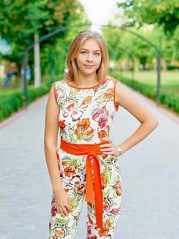 Работа с названием Комбинезон в оранжевый цветочек