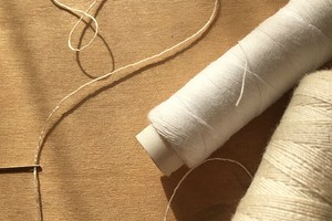 Лайфхак: как вдеть толстую нитку в иголку с помощью тонкой