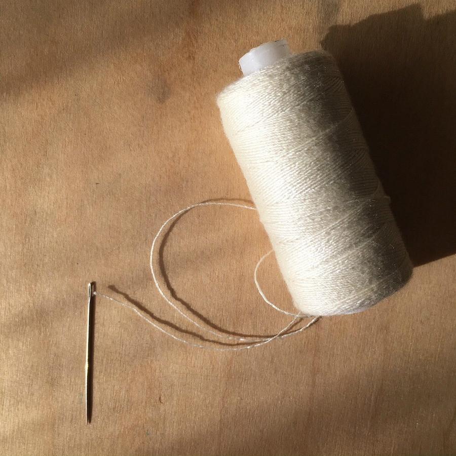 Лайфхак: как вдеть толстую нитку виголку спомощью тонкой
