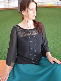 Работа с названием Блузка с ручной вышивкой и изумрудная юбка.