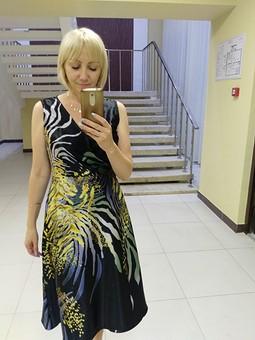 Работа с названием Лаконичное платье с запАхом