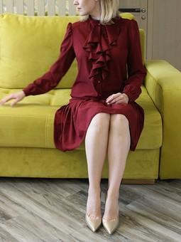 Работа с названием Бордовое платье с воланами