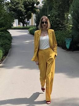 Работа с названием Желтый костюм