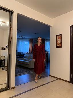 Работа с названием Платье с запахом цвета марсалы