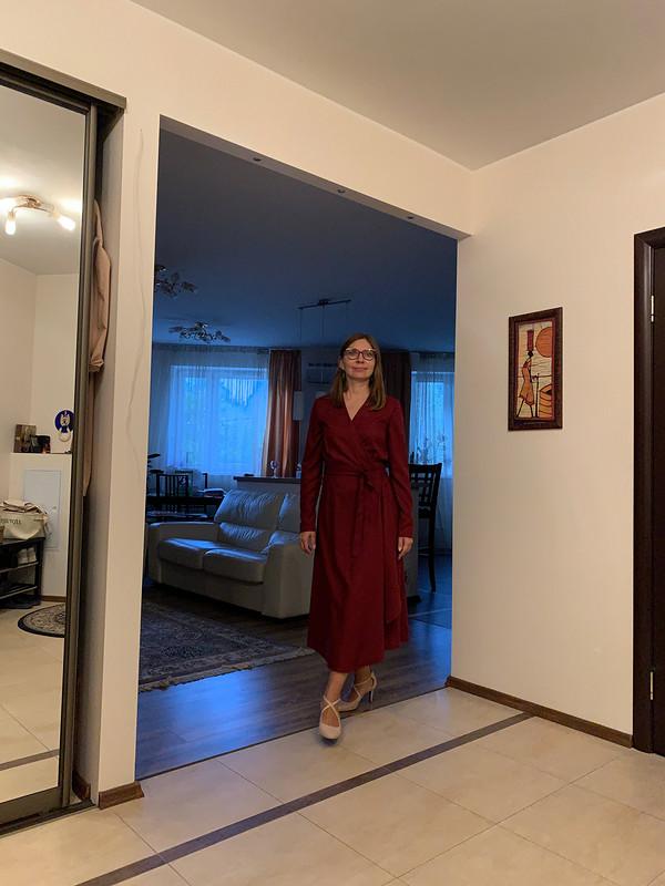 Платье сзапахом цвета марсалы