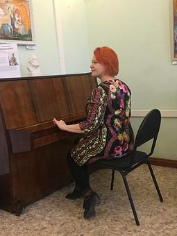 Работа с названием Платье, как повод сходить в музей