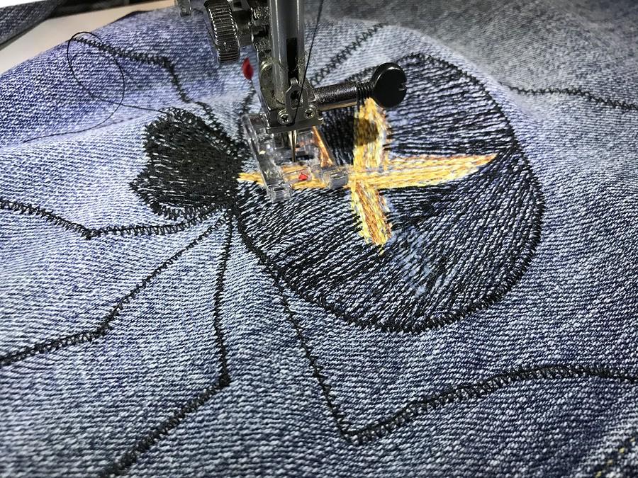 Вышиваем заплатки наджинсах «Как поймать паука»