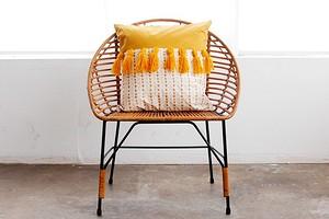 Идея: двухцветная подушка с кистями из пряжи