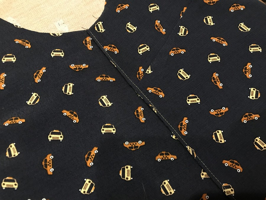 Простая блузка срасклешенными рукавами повыкройке Burda