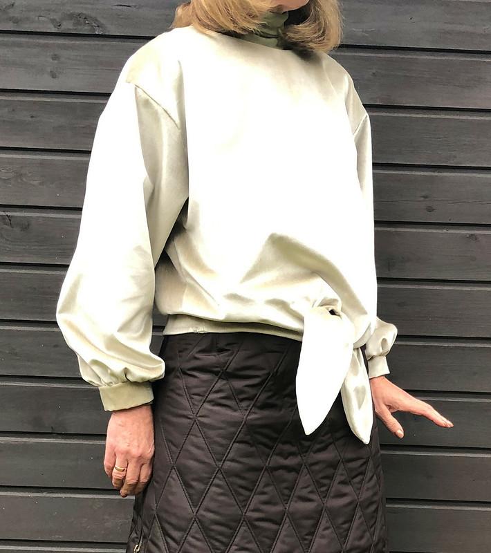 Комплект нафоне осени: пуловер июбка