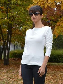 Работа с названием Белый пуловер с вырезом качели