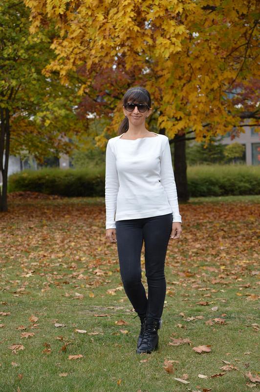 Белый пуловер свырезом качели
