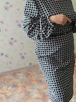 Работа с названием Платье-футляр с оригинальными рукавами