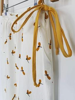 Работа с названием Пижамные брюки со стрекозами