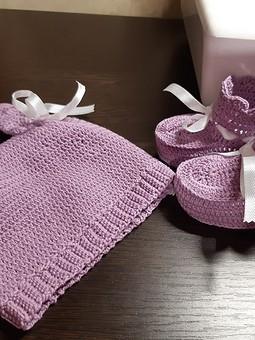 Работа с названием Вязаные пинетки и шапочка для малышки