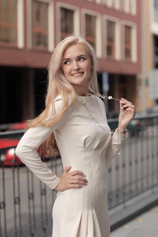 Элегантное платье срельефами