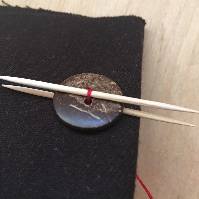 Лайфхак: аккуратный способ пришить пуговицу нанитяной ножке