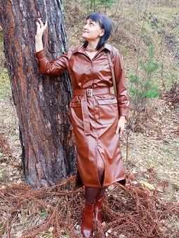 Работа с названием Платье-плащ из экокожи