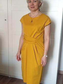 Работа с названием Желтое платье