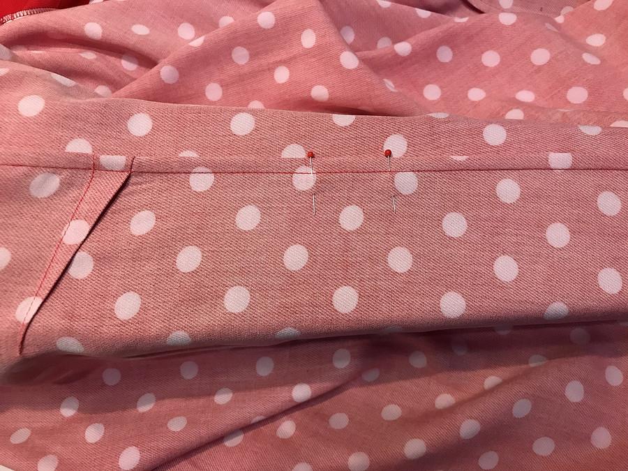 Нестандартное решение: пуговичная петля вместо прореза дляпояса вплатье сзапахом