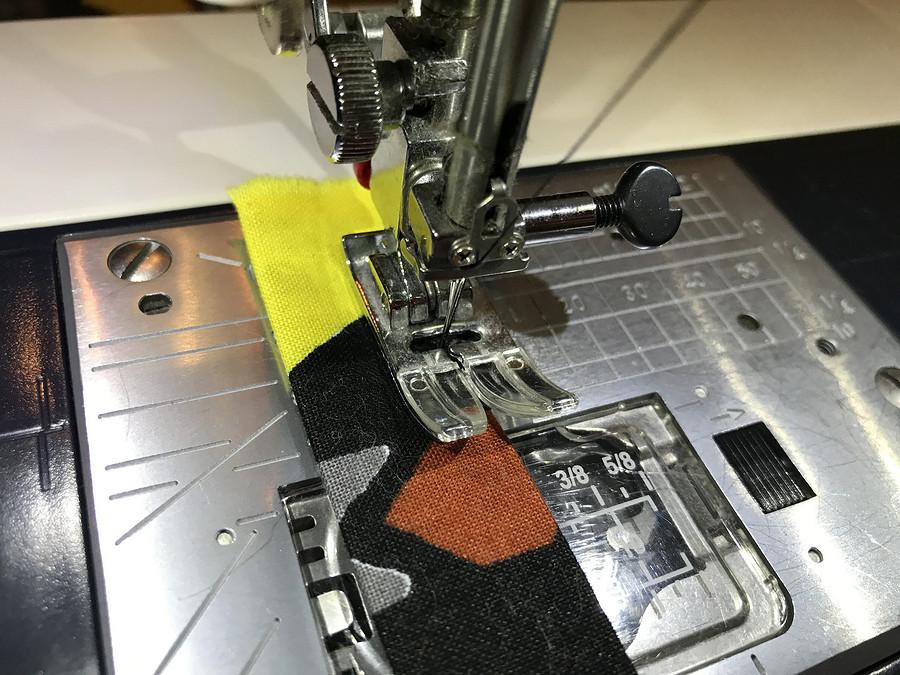 Как отстрочить вкрай узкую деталь спомощью магнитной направляющей