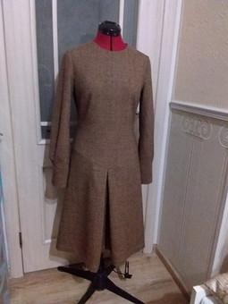 Работа с названием Приталенное платье со складкой