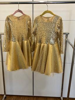 Работа с названием Золотые платья