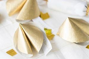 Идея для новогодней ночи: бумажное печенье с предсказаниями