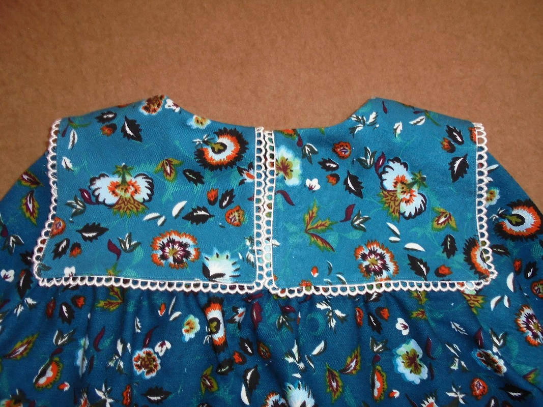 Платье сфигурным воротником