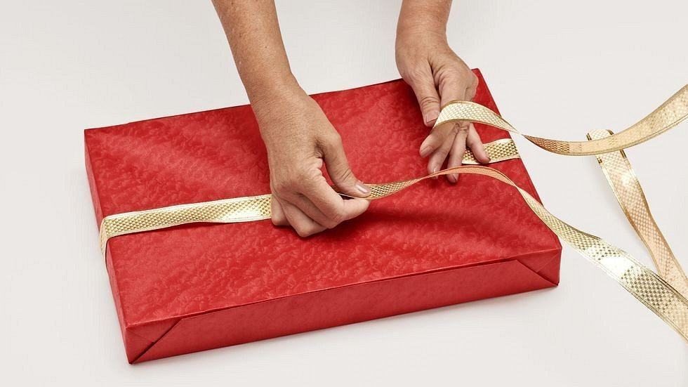 Как упаковать подарок вбумагу: пошаговая инструкция