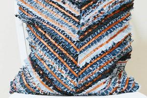 Идея: фактурная подушка из старых джинсов