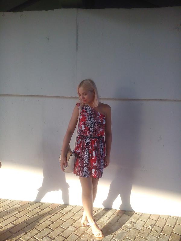Платье наодно плечо