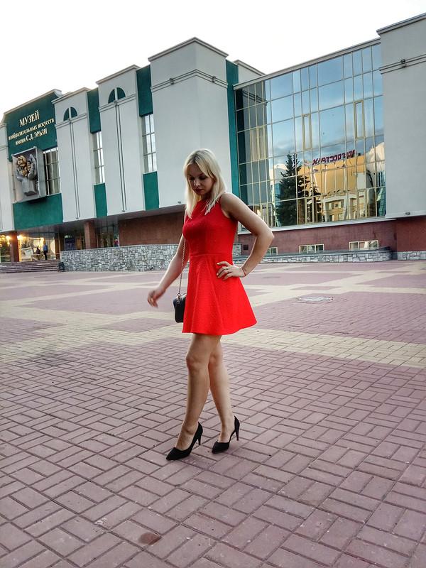 Это красное платье длячего ты надела ...