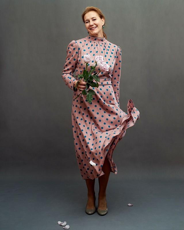 Платье вгорошек своротником-стойкой