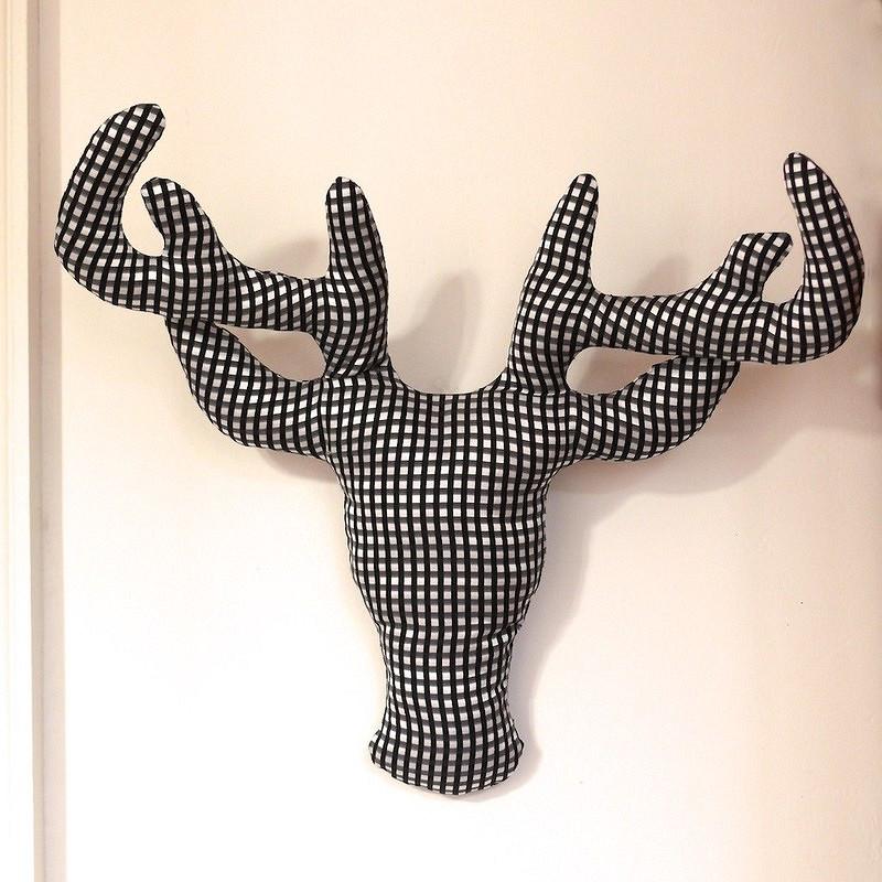 Необычный декор: новогодний олень изткани