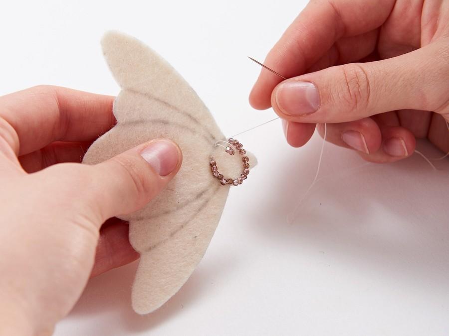 Бабочка-мотылёк: брошь избисера ипайеток своими руками