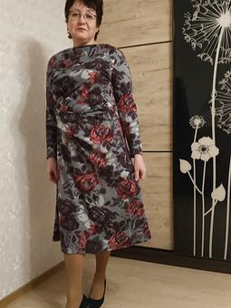Работа с названием Трикотажное платье с цветочным орнаментом