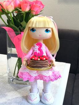 Работа с названием Кукла интерьерная с тортиком