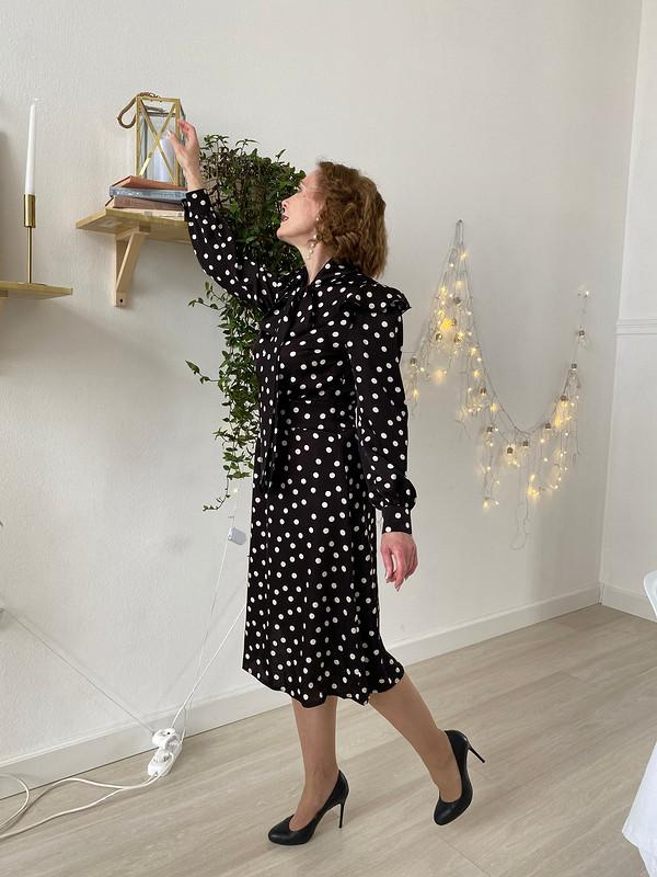 Шелковое платье сбантом